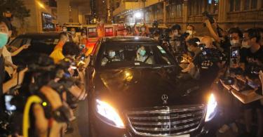 Jimmy Lai (Vordersitz, r) wird beimVerlassen des Polizeireviers von mehreren Dutzend Anhängern der Demokratiebewegung bejubelt. Foto: Kin Cheung/AP/dpa