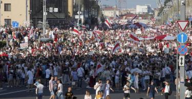 Teilnehmer einer Demonstration der belarussischen Opposition versammeln sich im Zentrum der Hauptstadt und schwenken alte Nationalflaggen. Foto: Dmitri Lovetsky/AP/dpa