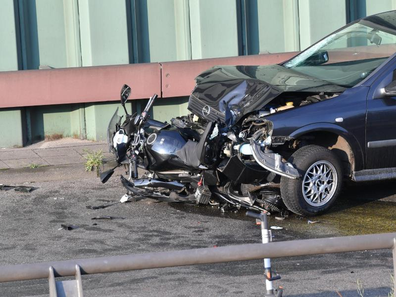 Ein kaputtes Auto und ein zerstörtes Motorrad auf der Berliner Stadtautobahn A100 in Höhe der Ausfahrt Alboinstraße. Foto: Paul Zinken/dpa-Zentralbild/dpa