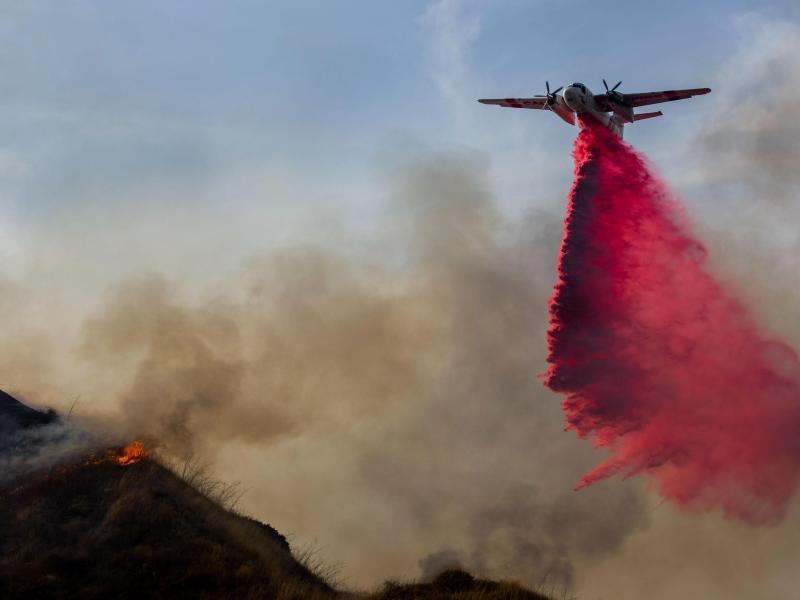 Gegen den Waldbrand im Moreno Valley wird mit Hilfe eines Löschflugzeugs angegangen. Foto: Terry Pierson/Orange County Register via ZUMA/dpa