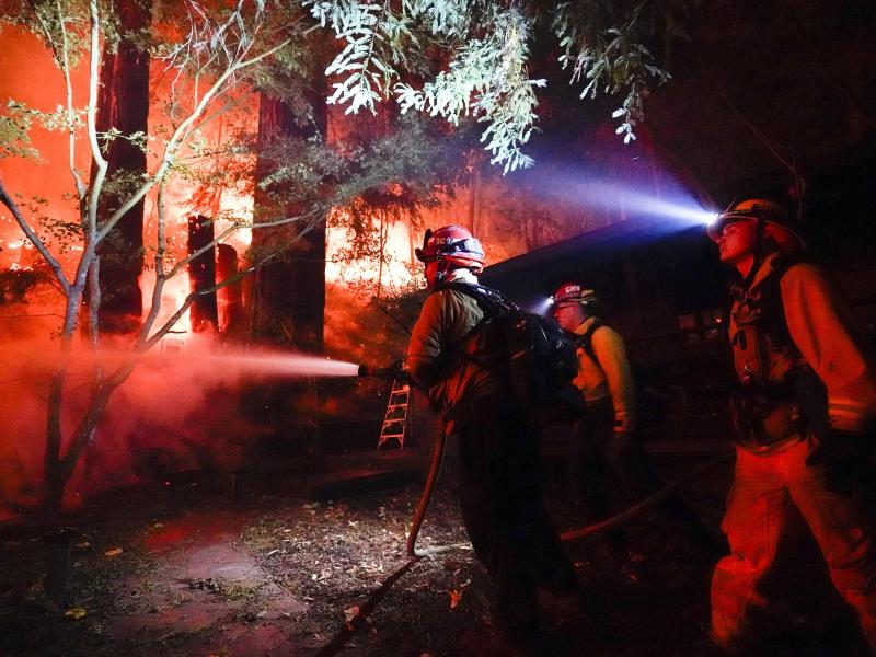 Kampf gegen die Flammen in Boulder Creek, Kalifornien. Foto: Marcio Jose Sanchez/AP/dpa
