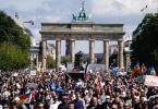 Teilnehmer der Veranstaltung auf der Straße des 17. Juni. Foto: Kay Nietfeld/dpa
