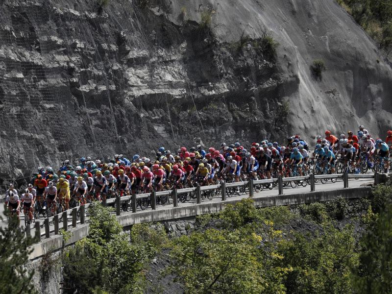 Das Fahrerfeld auf der 2. Etappe. Foto: Thibault Camus/AP/dpa