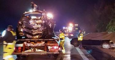 Zwei Autos sind auf Abschleppwagen verladen, während ein Fahrzeug aus der Kolonne vom MP Kretschmann noch am Straßenrand steht. Foto: Franziska Hessenauer/Einsatz-Report24/dpa