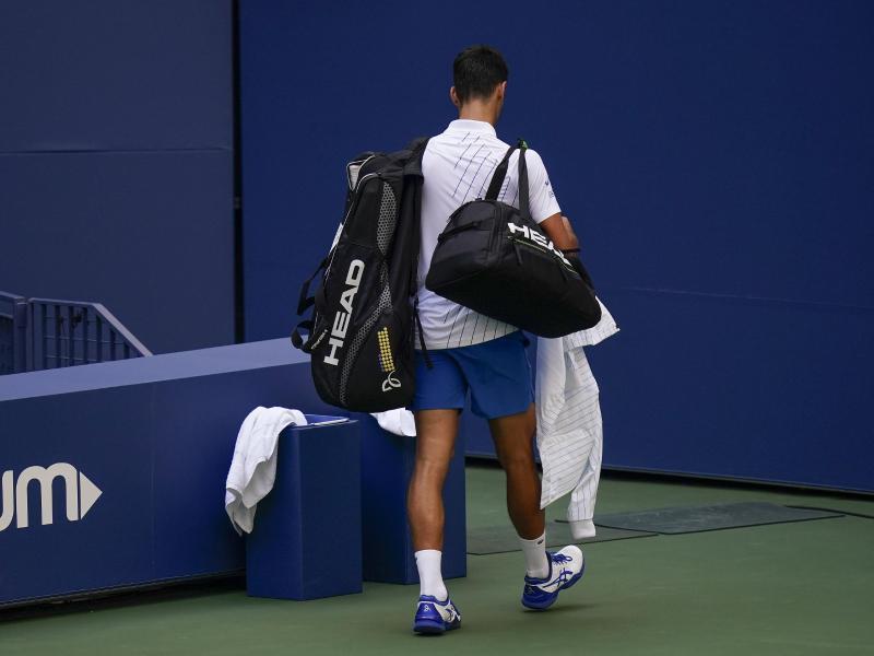 Novak Djokovic schied nach seiner Disqualifikation aus. Foto: Seth Wenig/AP/dpa