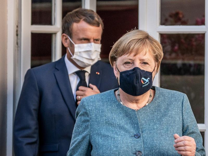 Bundeskanzlerin Angela Merkel und Frankreichs Staatspräsident Emmanuel Macron bei einem Treffen in Bormes-Les-Mimosas im August. Foto: Michael Kappeler/dpa