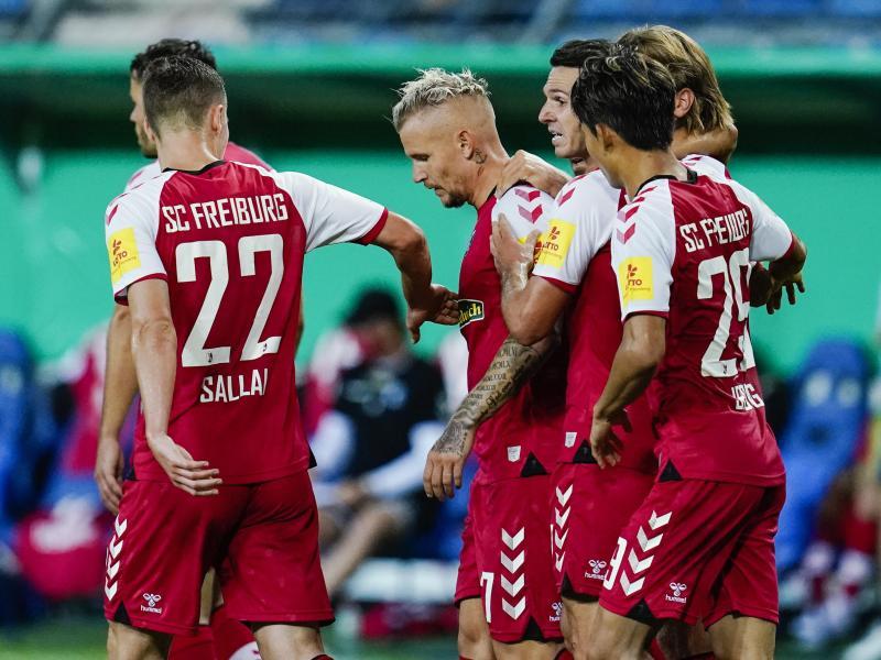 Jonathan Schmid (M) erzielte in der Schlussphase das Freiburger Siegtor. Foto: Uwe Anspach/dpa