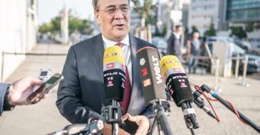 Armin Laschet (CDU), Ministerpräsident in Nordrhein-Westfalen, kommt zur Sitzung des CDU-Präsidiums am Konrad-Adenauer-Haus und spricht zu Reportern. Foto: Michael Kappeler/dpa