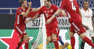 Der eingewechselte Javi Martínez (M.) erzielte per Kopfball in der Verlängerung den Siegtreffer. Foto: Laszlo Balogh/AP Pool/dpa