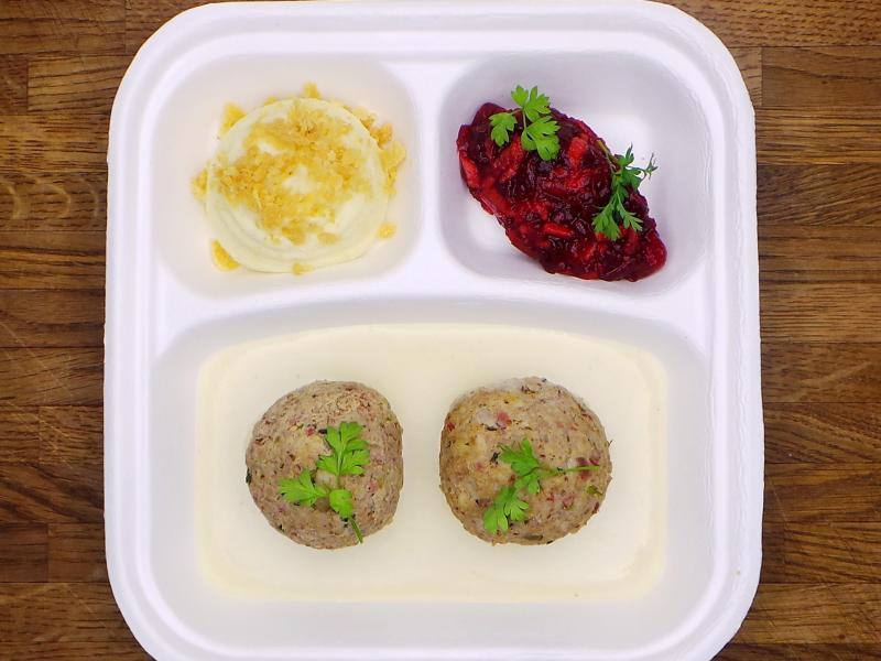 Auch Hausmannskost darf im 'Restaurant Tim Raue' nicht fehlen - wie die Königsberger Klopse mit Rote-Bete-Salat und Kartoffelpüree. Foto: Restaurant Tim Raue/dpa-tmn