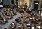 Die Sitzung des Wahlkollegiums des US-Bundesstaates Michigan wird eröffnet. Foto: Carlos Osorio/Pool AP/dpa