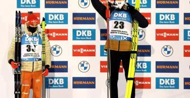 Arnd Peiffer (l) steht neben dem Sprint-Sieger Tarjei Bö auf dem Podest. Foto: Antti Aimo-Koivisto/Lehtikuva/AP/dpa