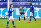 Schalkes Salif Sane (r-l), Torwart Ralf Fährmann und Benjamin Stambouli nach dem 0:1. Foto: Guido Kirchner/dpa