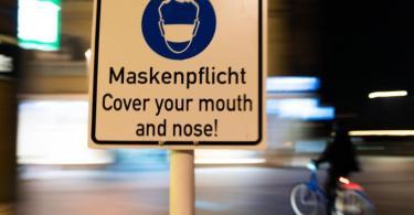 In der Innenstadt vonBamberg wird auf die Maskenpflicht hingewiesen. Foto: Nicolas Armer/dpa
