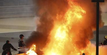 Der Rennwagen von Romain Grosjean ging beim Großen Preis von Bahrain nach einem Unfall in Flammen auf. Foto: Brynn Lennon/Pool Getty/dpa