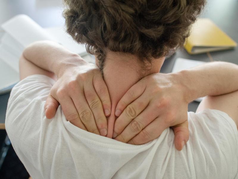 Der Bereich von Schultern und Nacken ist die Problemzone vieler Menschen, die einem Bürojob nachgehen. Foto: Klaus-Dietmar Gabbert/dpa-tmn
