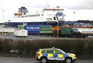 Polizisten patrouillieren im Hafen von Larne. In Nordirland kommt es zu Engpässen bei Lebensmitteln. Foto: Peter Morrison/AP/dpa
