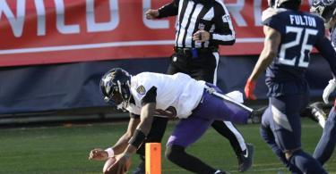 Baltimore Ravens-Quarterback Lamar Jackson (l) erzielt nach einem 48-Yard-Lauf einen Touchdown. Foto: Mark Zaleski/AP/dpa