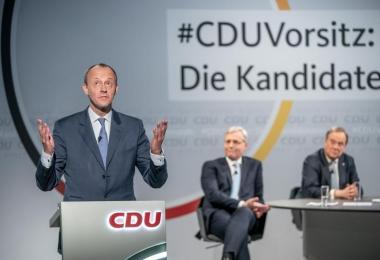 Friedrich Merz (l) versichert im Fall seiner Wahl zum CDU-Chef, einen Bruch mit der Ära Merkel verhindern zu wollen. Foto: Michael Kappeler/dpa