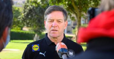 Ist von der Corona-Problematik genervt: Bundestrainer Alfred Gislason gibt den Medien Interviews. Foto: Sascha Klahn/dpa
