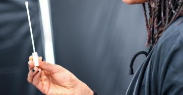 In Deutschland gibt es inzwischen viele Anbieter, die Schnelltests durchführen. In der Regel ist geschultes Personal dafür zuständig. Doch schon bald könnte es auch einen Test für den Hausgebrauch geben. Foto: Britta Pedersen/dpa-Zentralbild/ZB
