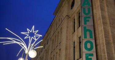Ein Stern leuchtet neben einer geschlossenen Kaufhof Filiale. Nun soll das Unternehmen staatliche Hilfe bekommen. Foto: Oliver Berg/dpa