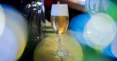 Ein Glas Bier steht in einer Kneipe im Berliner Bezirk Wilmersdorf im Thekenbereich. Foto: Christoph Soeder/dpa