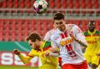 Benno Schmitz vom 1. FC Köln (l) und Kaan Caliskaner von Jahn Regensburg beim Kopfballduell. Foto: Armin Weigel/dpa