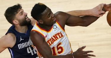 Maxi Kleber (l) feierte mit den Dallas Mavericks einen Sieg gegen die Atlanta Hawks.. Foto: John Bazemore/AP/dpa