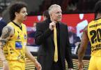 Trainer John Patrick (M) und seine Ludwigsburger hatten in Oldenburg keine Probleme. Foto: Thomas Kienzle/dpa