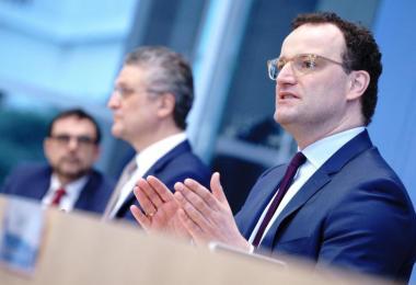 Jens Spahn (r.), Bundesminister für Gesundheit, mahnt angesichts der Entwicklung der Corona-Infektionszahlen erneut zu Vorsicht. Foto: Kay Nietfeld/dpa