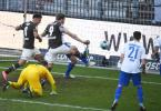 St. Paulis Guido Burgstaller (M) trifft gegen Darmstadts Torwart Marcel Schuhen zum 1:0. Foto: Daniel Reinhardt/dpa