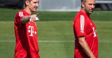 Co-Trainer Miroslav Klose (l) kann Flick ein paar Tipps geben. Er schaut sich immer noch Spiele seines Ex-Clubs Lazio im Fernsehen an. Foto: Sven Hoppe/dpa