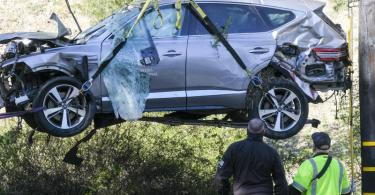 Das demolierte Unfallauto von Tiger Woods beim Abtransport. Foto: Ringo H.W. Chiu/AP/dpa