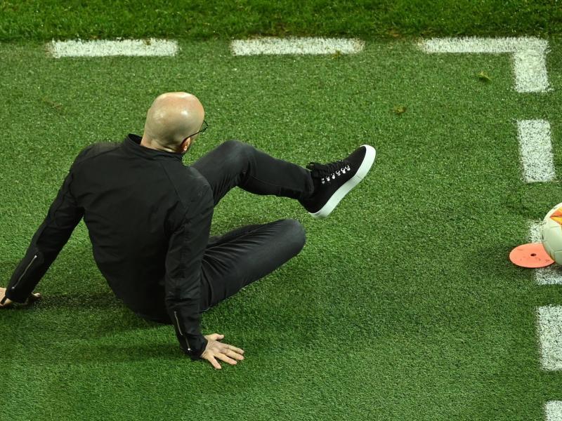 Leverkusens Cheftrainer Peter Bosz ist nach dm Europa-League-Aus endgültig auf dem Boden der Tatsachen angekommen. Foto: Ina Fassbender/AFP POOL/dpa