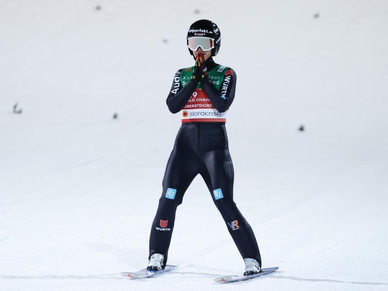 Luisa Görlich reagiert nach dem Sprung verhalten. Foto: Daniel Karmann/dpa