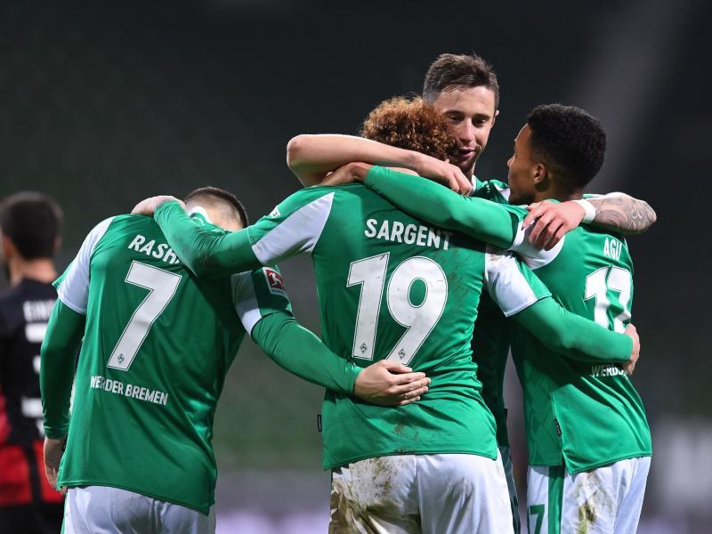 Die Spieler von Werder Bremen feiern den Sieg über Eintracht Frankfurt. Foto: Carmen Jaspersen/dpa