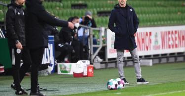 War genervt vom Verhalten von Bremens Trainer Florian Kohfeldt (l): Eintracht-Coach Adi Hütter. Foto: Carmen Jaspersen/dpa