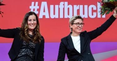 Janine Wissler (l) und Susanne Hennig-Wellsow, die neuen Bundesvorsitzenden der Partei Die Linke, nach ihrer Wahl beim Online-Bundesparteitag. Foto: Bernd von Jutrczenka/dpa