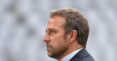 Münchens Trainer Hansi Flick stellt sich vor dem Spiel beim Interview den Fragen der Journalisten. Foto: Sven Hoppe/dpa