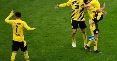Dortmunds Mittelfeldspieler Mahmoud Dahoud (2.v.r) jubelt mit seinen Mannschaftskameraden über sein Tor zum 1:0. Foto: Marius Becker/dpa-POOL/dpa