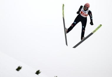Der 28 Jahre alte Lokalmatador sprang am Schattenberg 103,5 und 102 Meter weit und damit zu Silber. Foto: Daniel Karmann/dpa