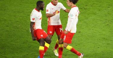 Leipzigs Yussuf Poulsen (r) bejubelt sein Tor zum zwischenzeitlichen 2:2 mit Dayot Upamecano (l) und Tyler Adams. Foto: Jan Woitas/dpa-Zentralbild/dpa