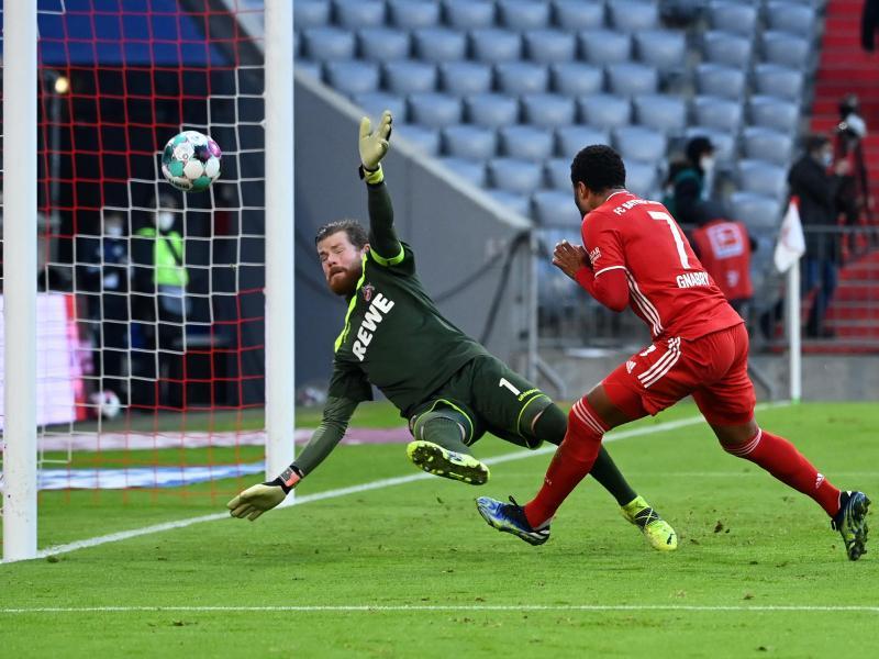 Doppeltorschütze Serge Gnabry (r) erzielt das Tor zum 5:1 gegen Kölns Torwart Timo Horn. Foto: Sven Hoppe/dpa