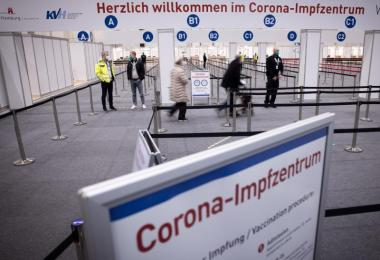 Keine Schlangen: Der Eingangsbereich des Corona-Impfzentrums in den Hamburger Messehallen. Foto: Christian Charisius/dpa