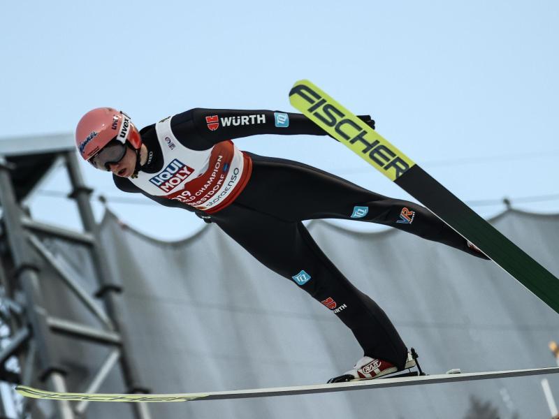 Karl Geiger sicherte im letzten Durchgang mit einer Weite von 99,5 Metern die Goldmedaille. Foto: Daniel Karmann/dpa