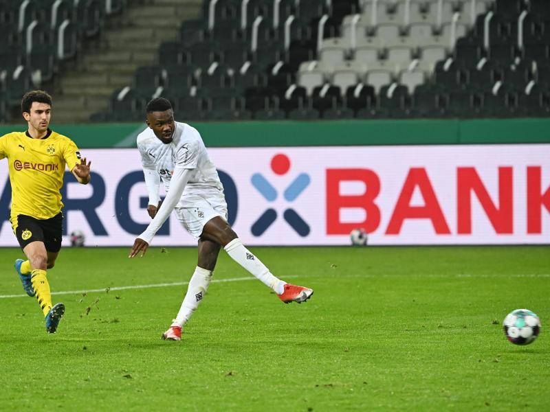 Marcus Thuram (r) erzielt einen Treffer für Gladbach, der nicht anerkannt wird: Abseits. Foto: Federico Gambarini/dpa-Pool/dpa