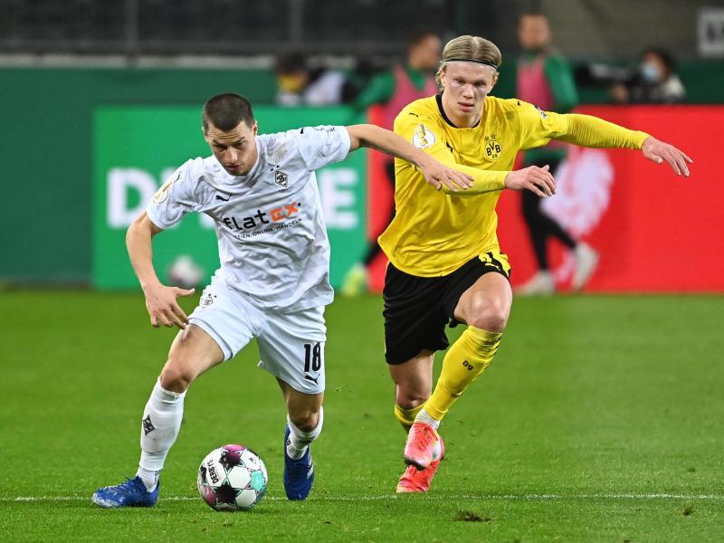 Mönchengladbachs Stefan Lainer (l) und Erling Haaland vom BVB kämpfen um den Ball. Foto: Federico Gambarini/dpa-Pool/dpa