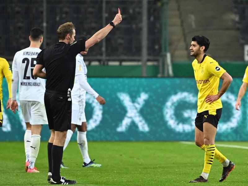 Schiedsrichter Sascha Stegemann zeigt Dortmunds Mahmoud Dahoud die Gelb-Rote Karte. Foto: Federico Gambarini/dpa-Pool/dpa