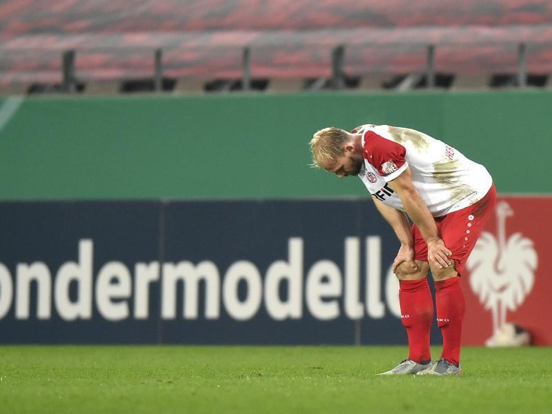 Essens Felix Herzenbruch steht nach der Niederlage gegen Holstein Kiel enttäuscht auf dem Rasen. Foto: Martin Meissner/AP POOL/dpa